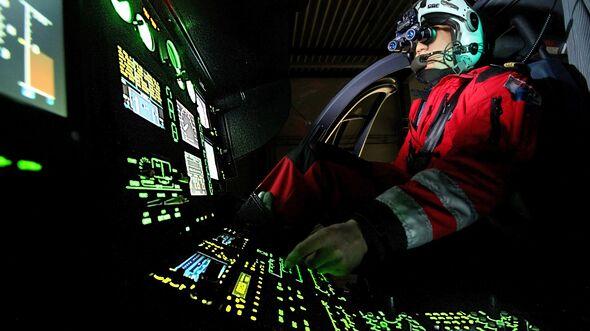 Hubschrauberpilot mit Nachtsichtbrille im Training.